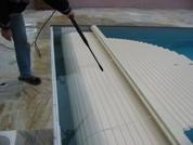 Comment nettoyer un volet roulant de piscine