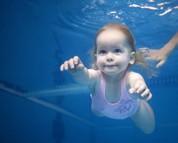 Bébé dans l'eau ou bébé nageur