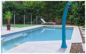 La douche piscine, pratique en pleine saison estivale