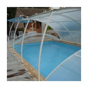 Abris piscine bas clair amovibles pose sur terrasse