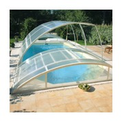 Abris piscine bas clair amovibles pose sur terrasse avec escalier