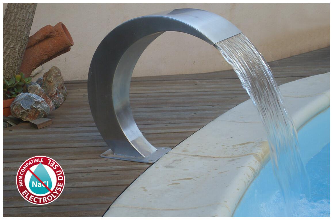 cascade décorative en inox pour piscine astral en situation