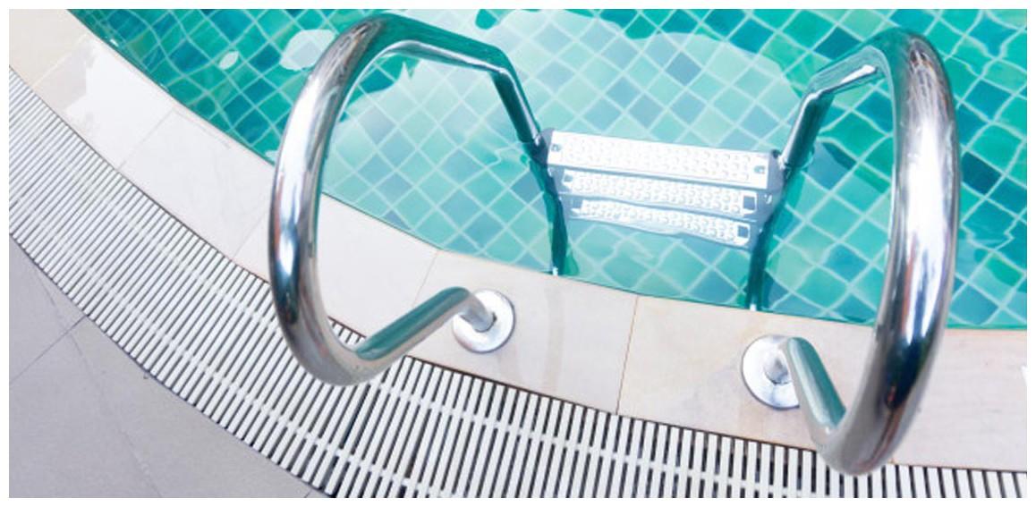 détails de l'échelle mixte de piscine en inox pour piscine enterrée