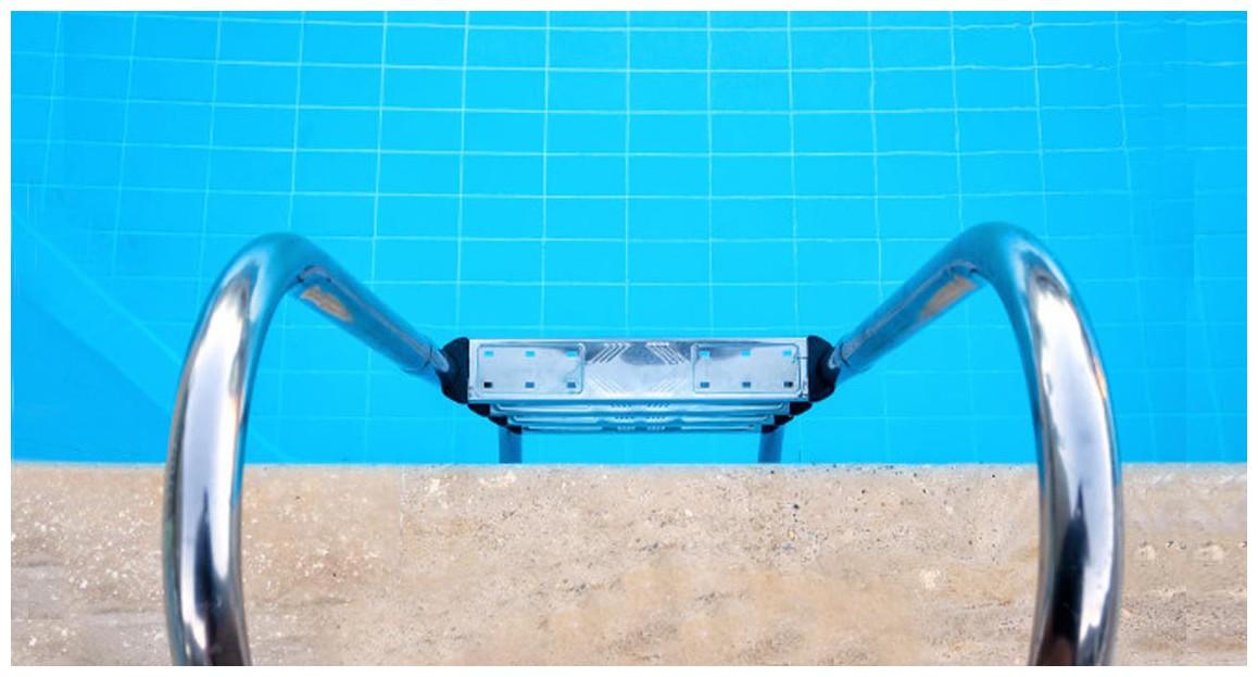 détail de l'échelle droite inox pour piscine enterrée