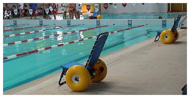 Fauteuil de mise a l'eau JOB Classic en situation piscine publique
