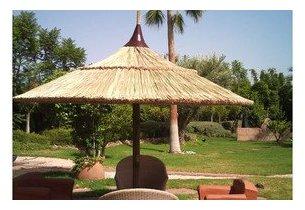 Parasol en jonc naturel fait main un beau travail for Portent un parasol dans les jardins