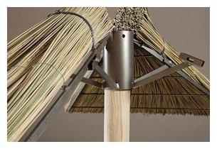 Structure métalliques du parasol exotique en jonc naturel brin d'ombre en situation