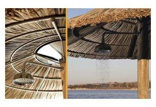 Douche intégrée du parasol exotique en jonc naturel en situation