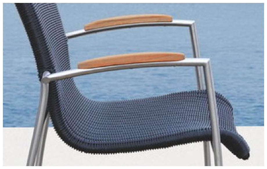 Fauteuil de la table du salon repas haut de jardin en résine noire en aluminium et teck Melbourne en situation