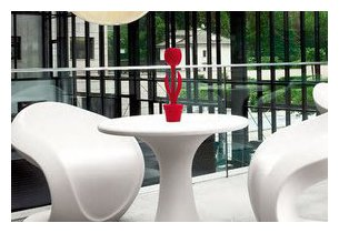 Tulip XL lumineuse sur table d'appoint en situation