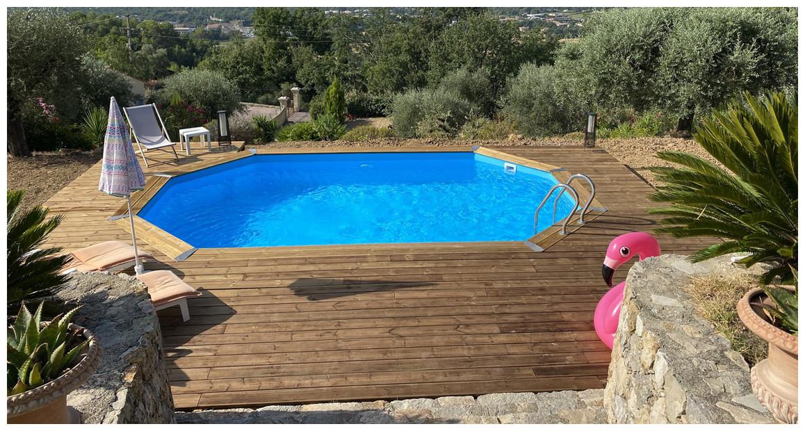 réalisation par notre client d'une piscine bois Woodfirst Original liner bleu France
