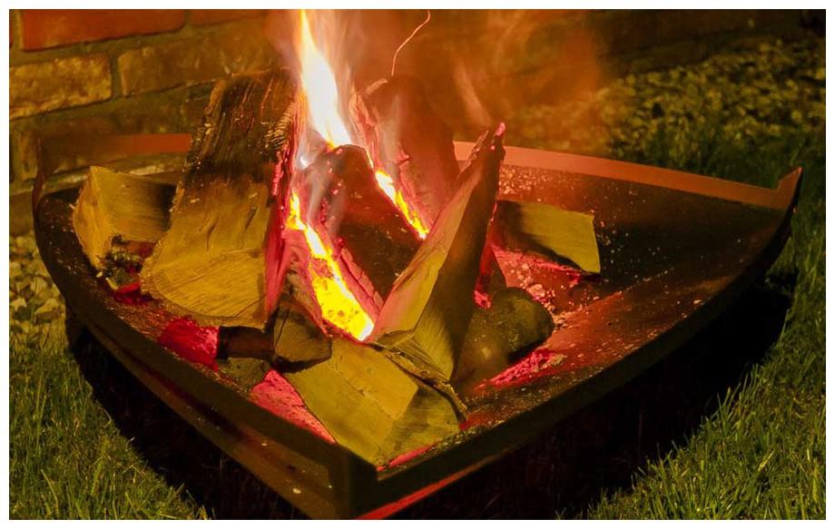 flammes embrasées du brasero amérindien en situation