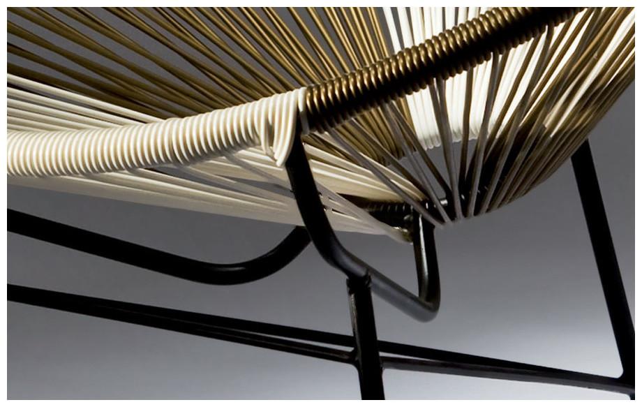 Détail de la résine tendue du fauteuil Ovaly en acier noir blanc/doré
