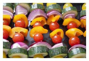 Brochette de légumes ur plancha à gaz PL 400 Rolller Grill en situation
