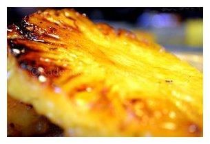 Ananas grillé sur la plancha à gaz PL 600 G Roller Grill en situation