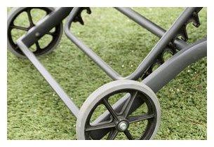 Détail des roulettes du transat Flaty en aluminium gris