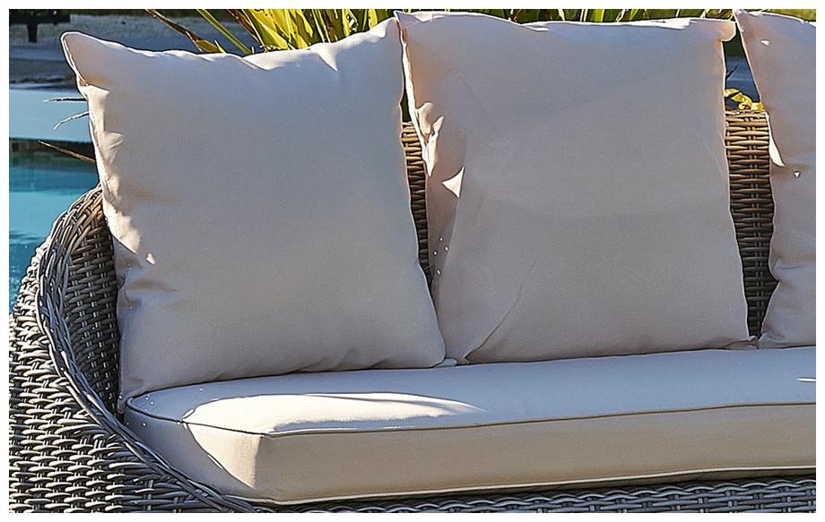 Détail des coussins écrus du salon de jardin bas d'extérieur en résine tressée ronde grise Isa