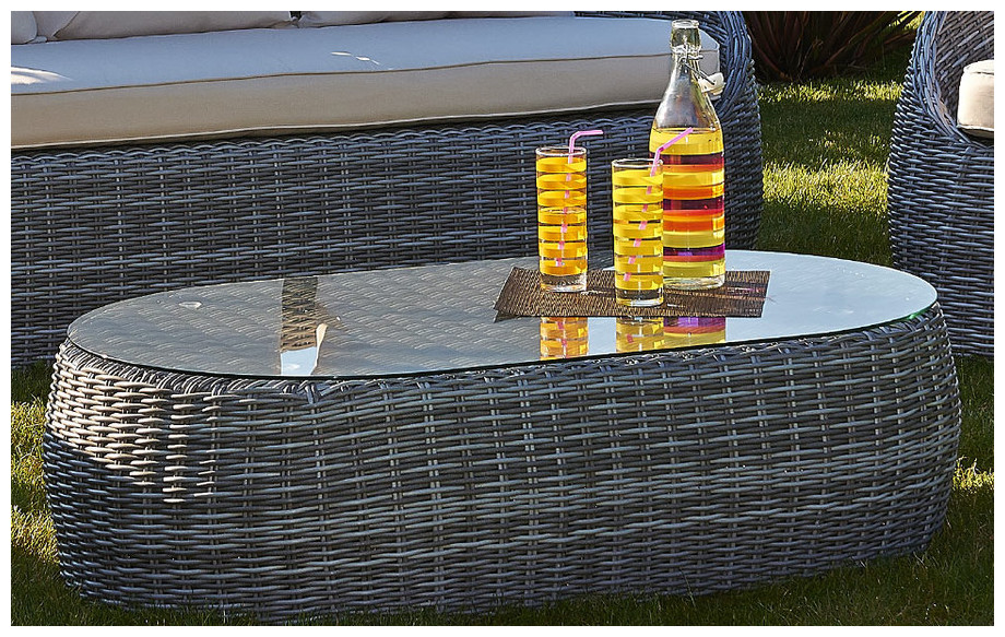 Détail de la table basse en résine tressée ronde grise plateau en verre trempé du salon de jardin bas d'extérieur Isa