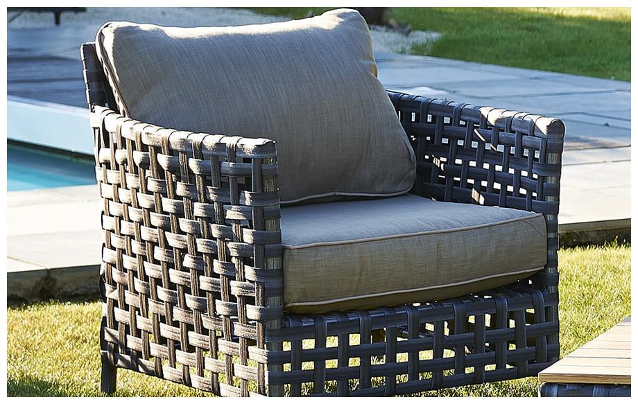 Détail du fauteuil de salon de jardin bas d'extérieur en résine tressée large bande grise Apt