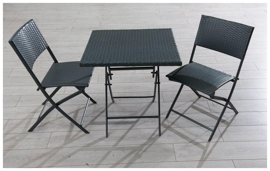 Guéridon et 2 chaises en résine tressée gris en situation