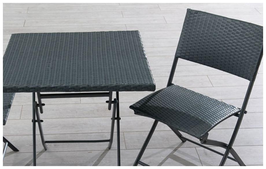 Détail de la table  et 2 chaises en résine tressée gris guéridon