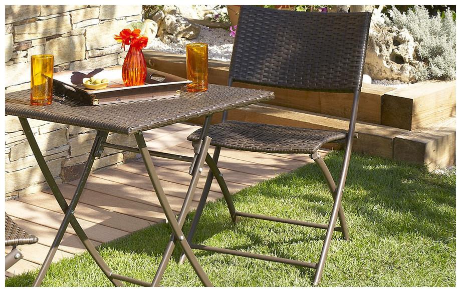 Détail de la table  et 2 chaises en résine tressée chocolat guéridon
