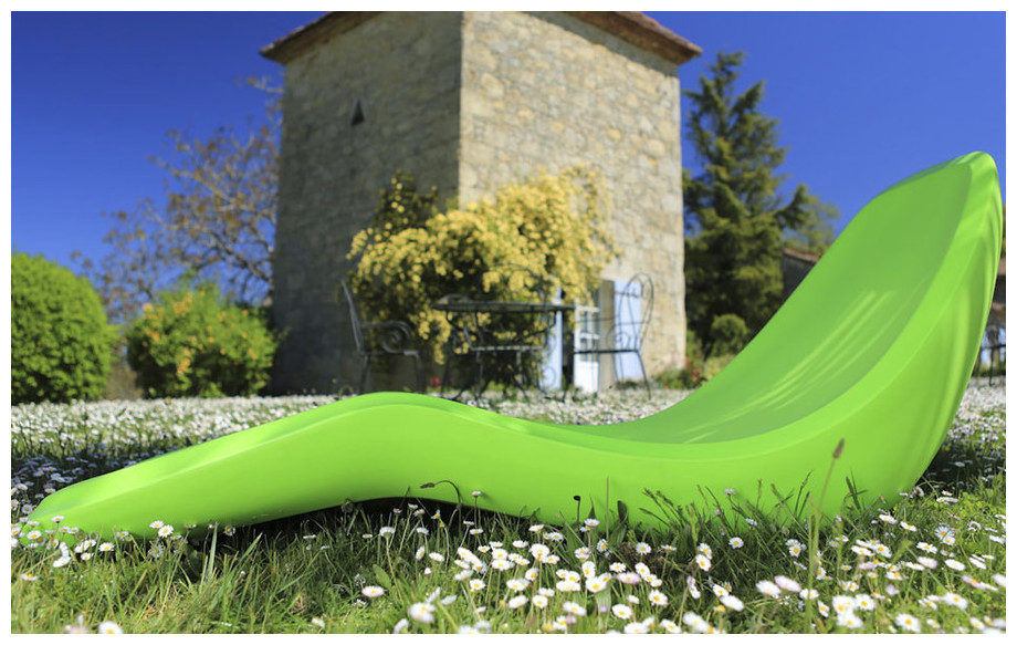 transat en polyéthylène rotomoulé Lotus led en situation jardin