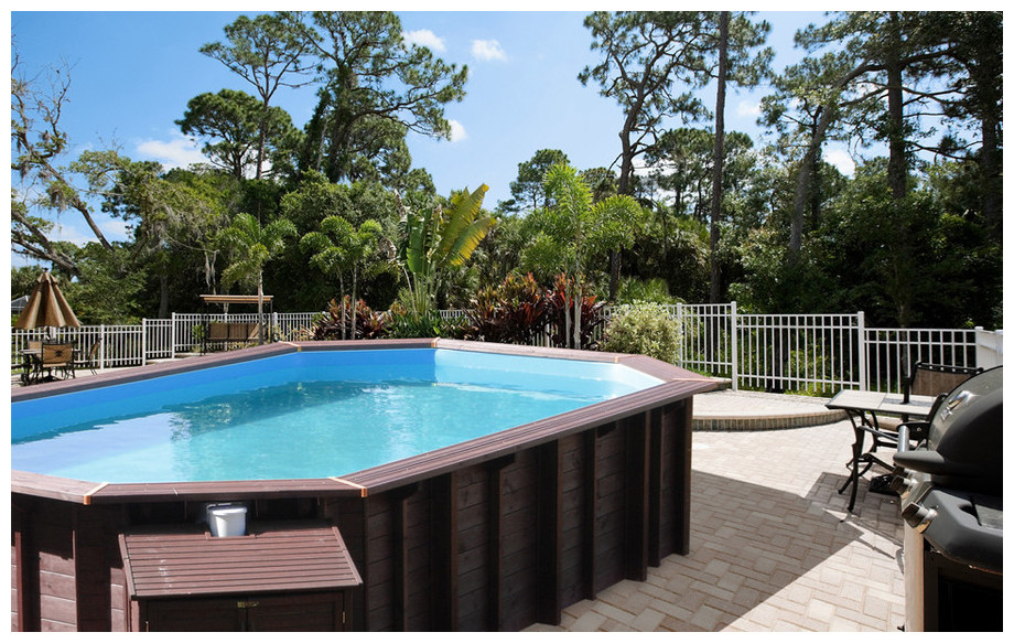 piscine bois octogonale allongée Woodfirst Original en situation 2