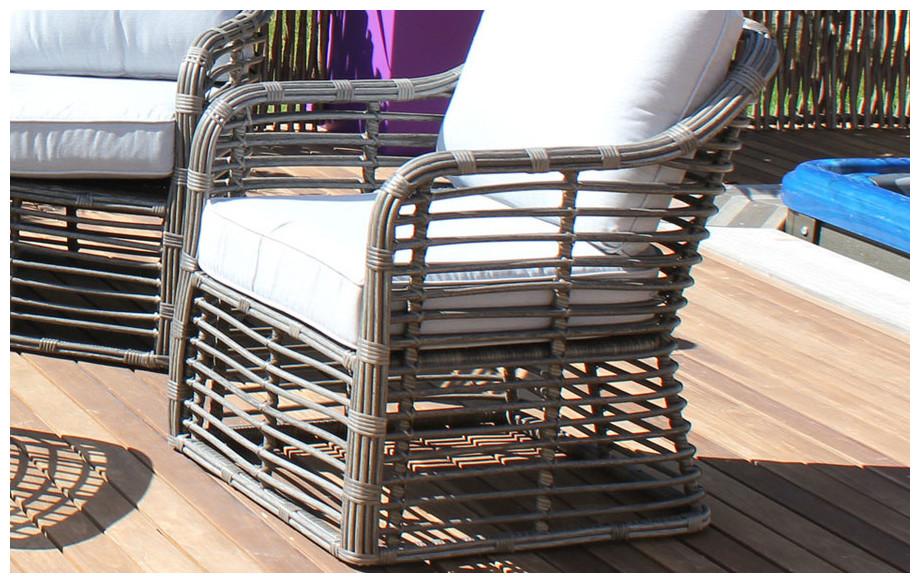 Détail du fauteuil du salon bas de jardin Delhi en résine tressée ronde et plate grise situation
