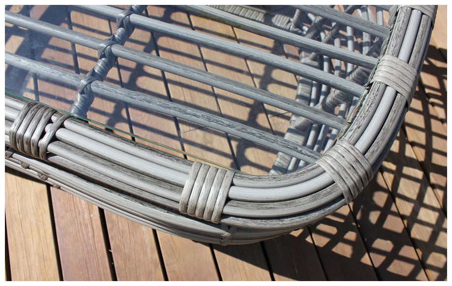 détail de la table basse du salon bas de jardin Delhi en résine tressée ronde et plate  en situation
