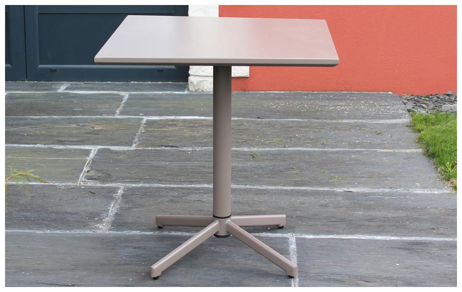 table de jardin en acier  carrée à plateau basculant Fun taupe en situation