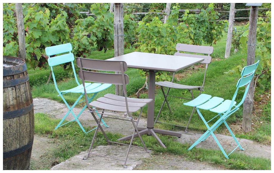 table et chaises pliantes de jardin en acier Fun en situation