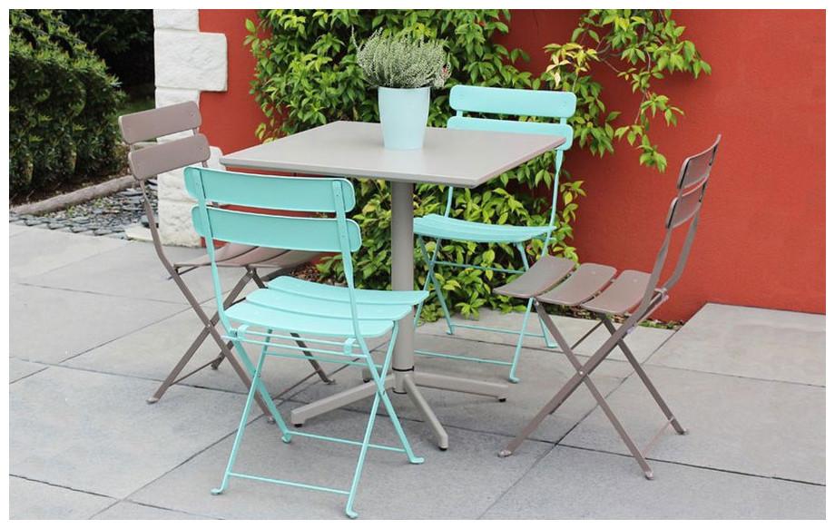 chaise pliante en acier à larges lattes Fun taupe en situation