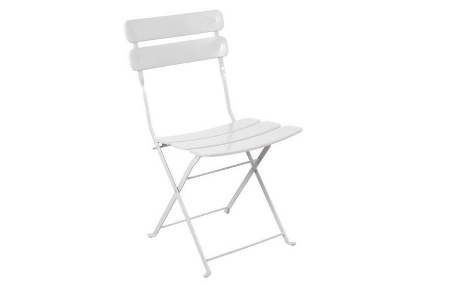 chaise pliante en acier à larges lattes Fun blanche en situation