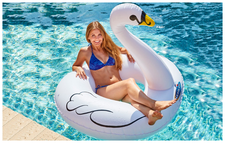 bouée gonflable de piscine cygne Kerlis en situation