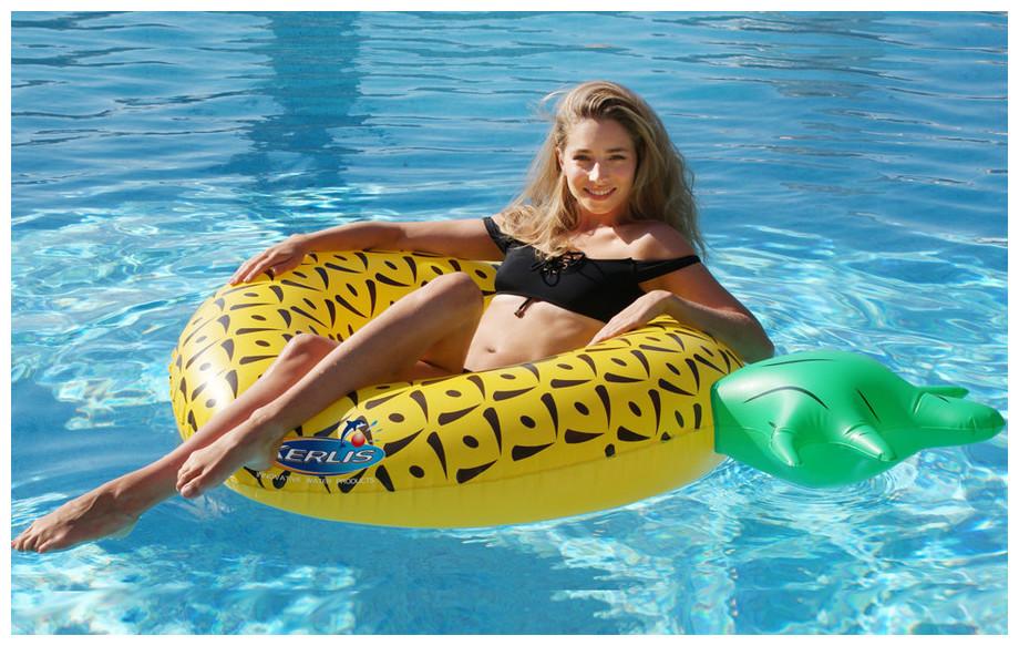 Bouée gonflable ananas Kerlis pour piscine en situation