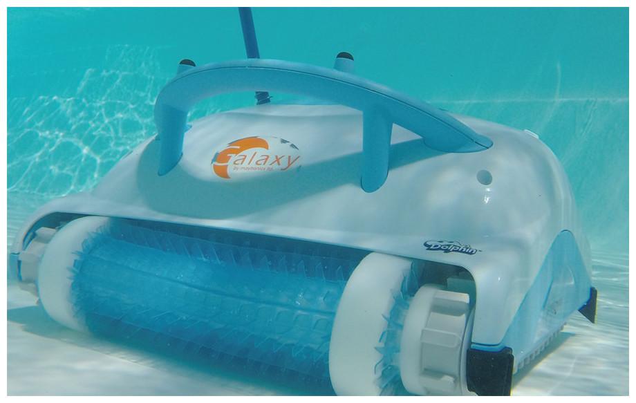 robot électrique de nettoyage de piscine Dolphin galaxy Maytronics en situation