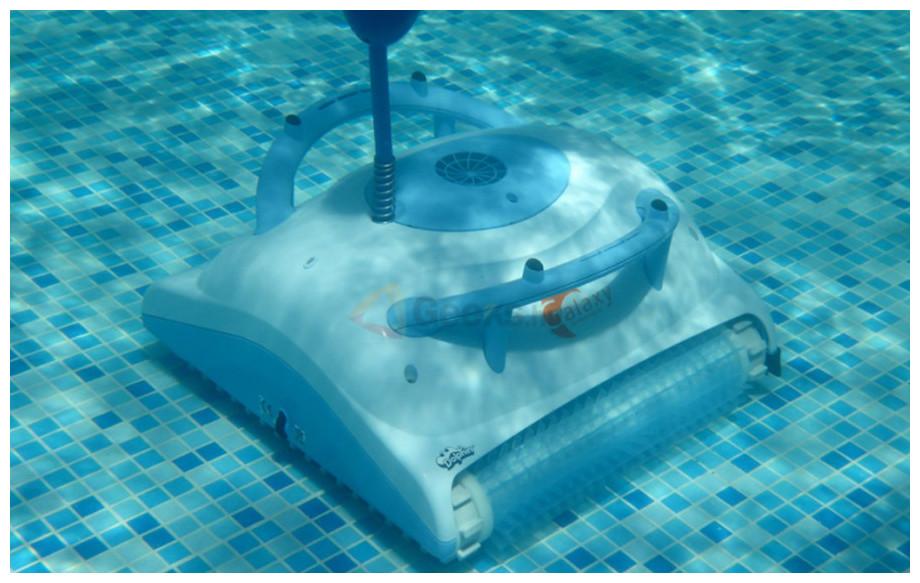 robot de piscine dolphin galaxy en situation