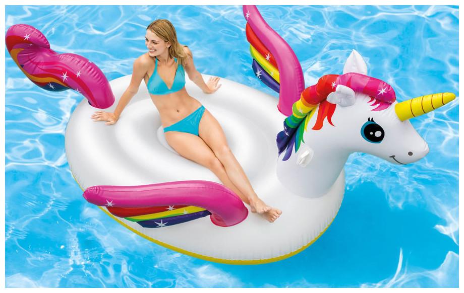 bouée gonflable piscine licorne Kerlis géante en situation