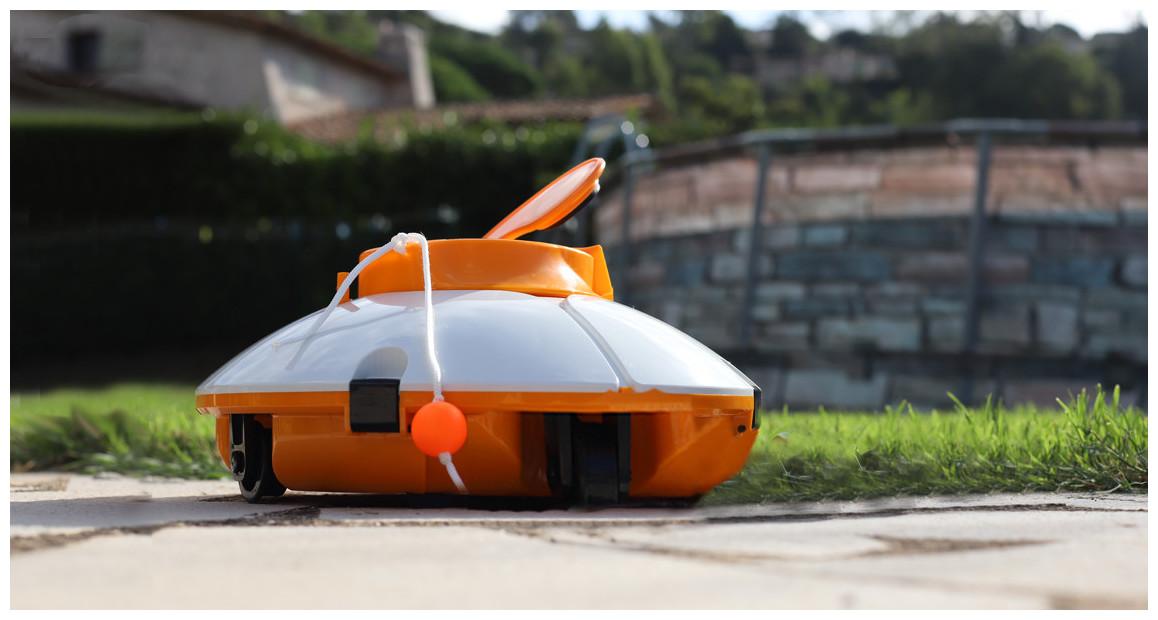 robot aspirateur de piscine fresbee par bestway en situation