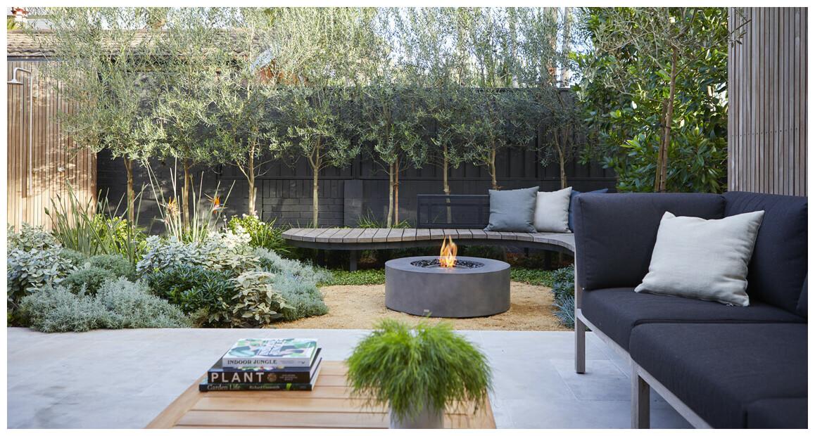 table basse avec foyer à l'éthanol ark 40 sur une terrasse
