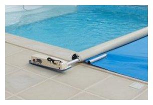 Enrouleur motoris et couverture a barre vite rang e for Enrouleur motorise pour bache piscine