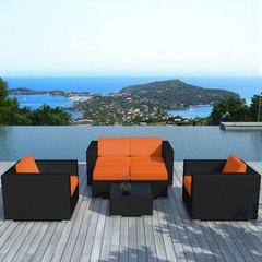Salon de jardin en résine plate noire - Coussins oranges | Piscine ...