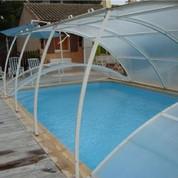 Abris piscine bas clair 12m x 5m à poser sur terrasse