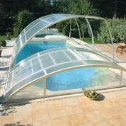 Abris piscine bas clair 12m x 5m à poser sur terrasse avec escalier