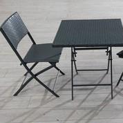 Guéridon + 2 chaises de jardin en résine tressée grises
