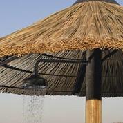 Parasol en jonc naturel avec douche